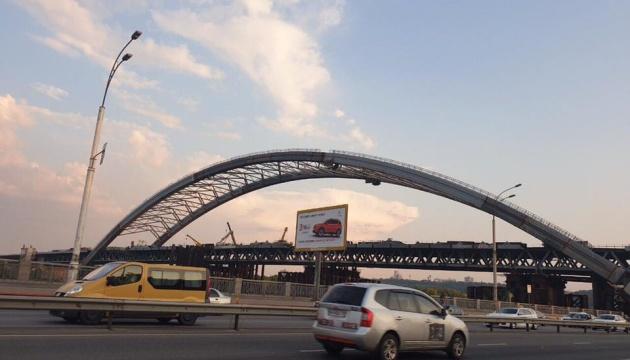 У столиці з арки Подільсько-Воскресенського мосту зняли тимчасові опори