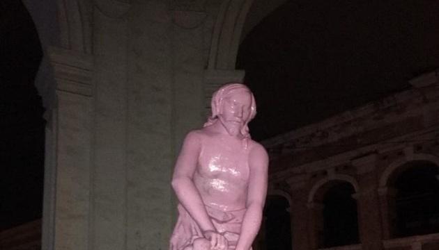 В столице вандалы покрасили фонтан