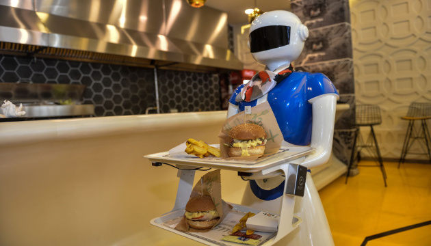 У стамбульському кафе клієнтів обслуговує робот