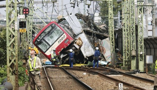 В Японии поезд столкнулся с грузовиком и сошел с рельсов, много пострадавших