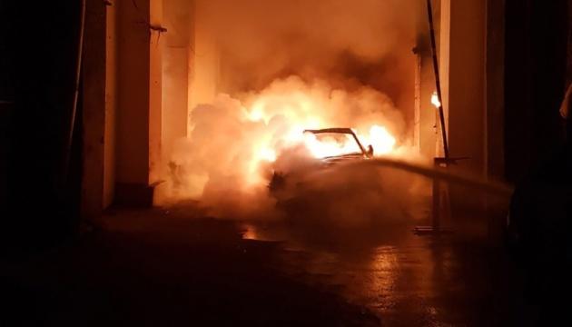 У Києві вночі облили бензином і спалили авто невістки Гонтаревої