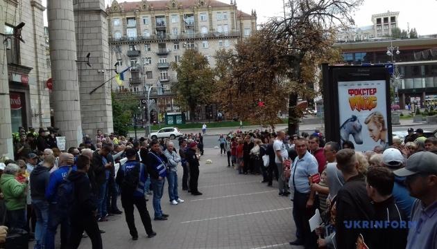 """Під Нацрадою почубились на мітингу """"за"""" і """"проти"""" 112 Україна і NewsOne"""
