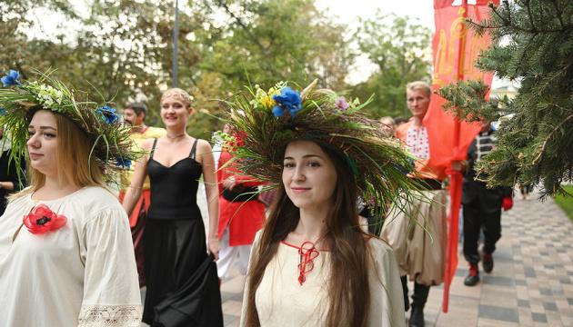 東部マリウポリで、演劇の祭典がスタート