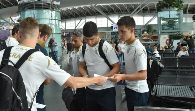 La selección de Ucrania integrada por 24 futbolistas llega a Vilna (Vídeo)