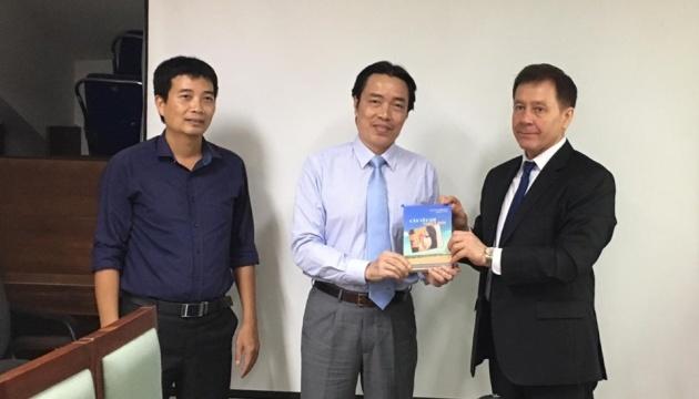 Національна бібліотека В'єтнаму поповнилася збіркою творів українських писменників