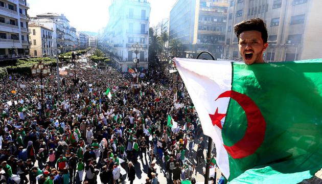 Десятки тисяч алжирців вийшли на вулиці з вимогою