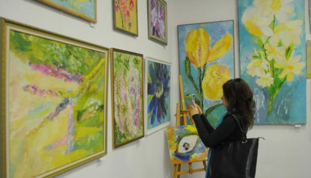 У Сумах художниця з ДЦП допомогла зібрати кошти на реабілітацію 9-річного хлопчика