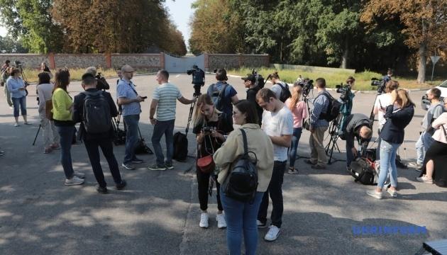 Біля військового аеродрому Борисполя чергують журналісти
