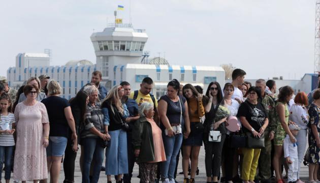 Flugzeug mit freigelassenen Ukrainern landet am Flughafen Boryspil - Video