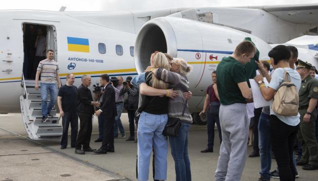 Дякуємо, що вдома: у Борисполі зустріли 35 звільнених полонених українців