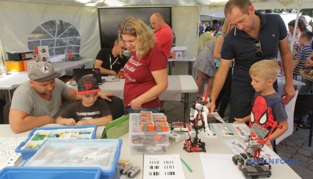 Шоу саморобних автомобілів та роботи-сумоїсти: у Дніпрі пройшов технопікнік
