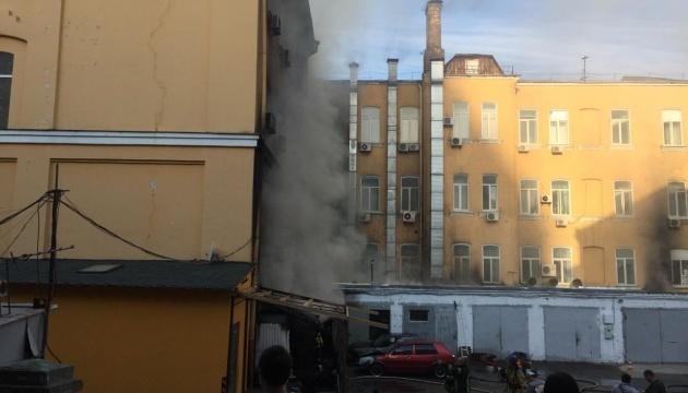 У Києві горіли гаражі, вогонь поширився на сусідню будівлю й автівки