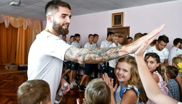 Футболісти збірної України U-21 відвідали дитячий будинок у Запоріжжі
