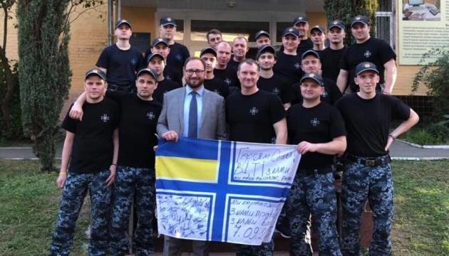 Звільнені українські моряки зібрали гроші для засудженого російського волонтера