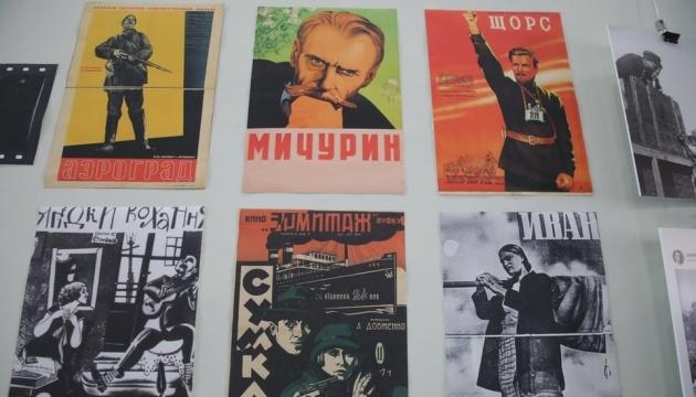 Потиснути Довженкові руку: у Харкові почався