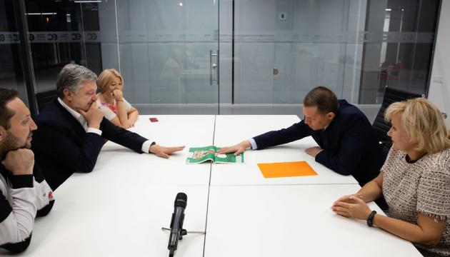 Порошенко встретился с Сущенко и поздравил его с освобождением
