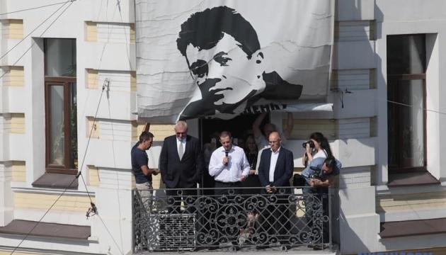 Roman Souchtchenko a enlevé l'affiche «Liberté à Souchtchenko» du bâtiment d'Ukrinform (photos, vidéo)