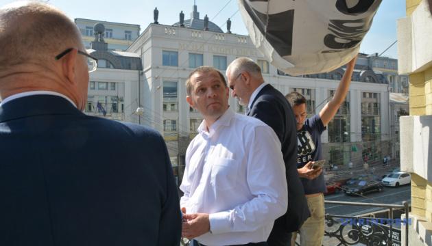 解放されたスシチェンコ記者のバナー、ウクルインフォルム通信建物から取り外し