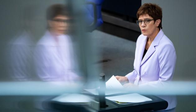 Лідерка німецьких консерваторів критикує Росію, але захищає її газову трубу