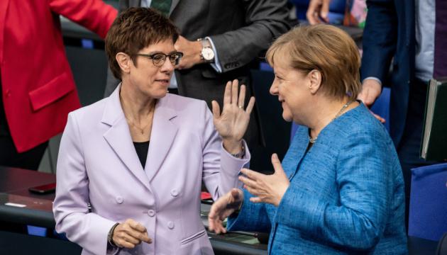 Протеже Меркель відмовилася претендувати на пост канцлера
