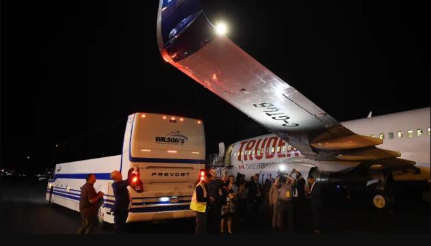Літак Трюдо зіштовхнувся з автобусом в аеропорту