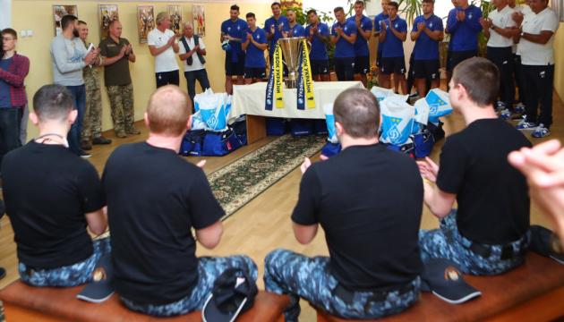 """Футболісти київського """"Динамо"""" відвідали звільнених військових моряків"""