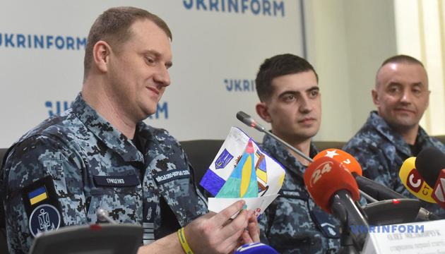 Моряк Гриценко показав малюнки, які діти надіслали в тюрму