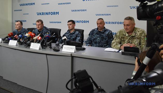 Під час переходу Керченською протокою моряки тримали зв'язок з командуванням ВМС