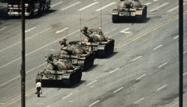 """Помер фотограф, який зняв """"танкову людину"""" на протестах у Китаї"""