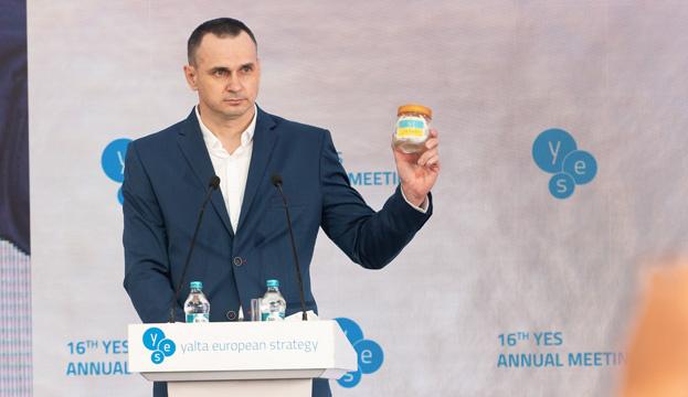 Oleg Sentsov a montré un objet qui l'a accompagné dans les prisons russes pendant 5 ans (vidéo)