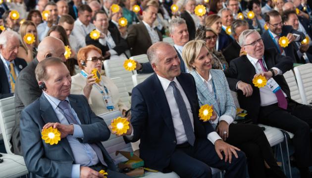 独仏宇露4国首脳補佐官は署名のための文書を用意している=クチマ・ウクライナ代表