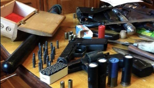На Донеччині під час обшуків у аптеках виявили зброю та наркотики
