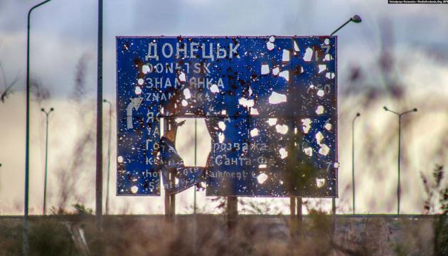 На Донбасі - сім обстрілів, біля Водяного гатили з забороненої зброї
