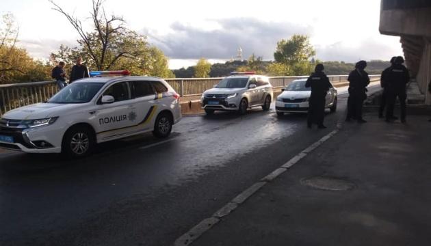Поліція встановила особу зловмисника, який погрожує підірвати міст Метро