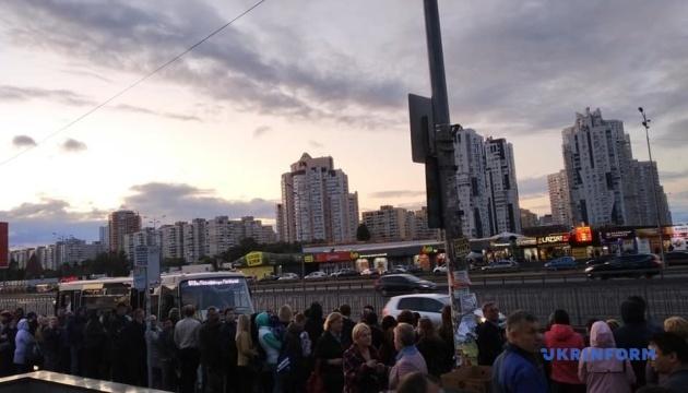 У Києві - транспортний колапс: черги в метро й затори