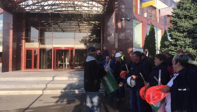 Під офісом ПриватБанку у Дніпрі страйкують 500 працівників заводу Коломойського