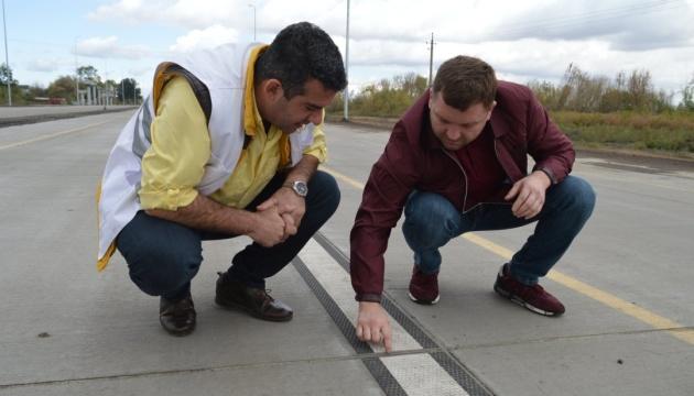 На першій в Україні бетонній автотрасі наносять розмітку за новою технологією