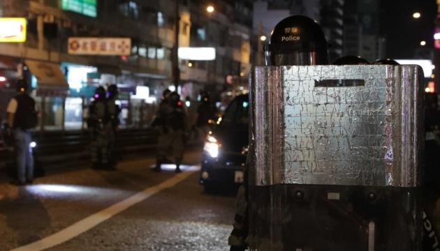 У Гонконгу протестувальники зводять барикади, поліція застосувала сльозогінний газ