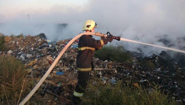 На Николаевщине со вчерашнего дня тушат пожар на свалке