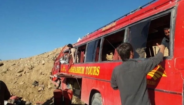 На горной дороге в Пакистане разбился автобус, 26 погибших