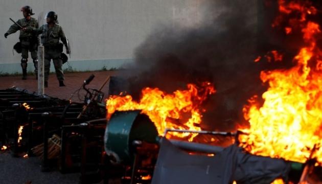 Поліція Гонконгу застосувала сльозогінний газ для розгону агресивних демонстрантів