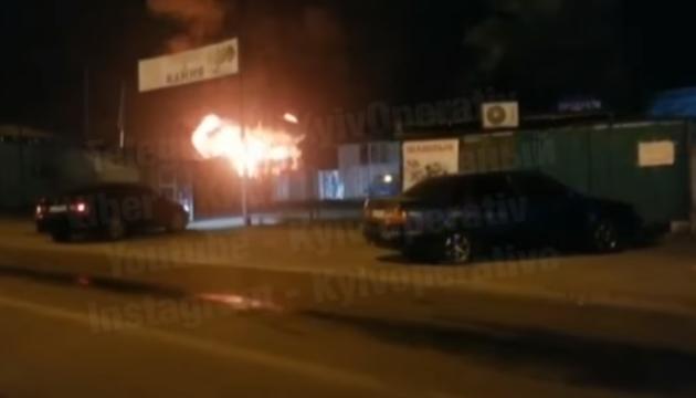 В столичной Дарнице серьезный пожар, слышны взрывы