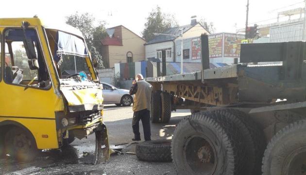 У Дніпрі вантажівка зіткнулася з маршруткою, 13 постраждалих
