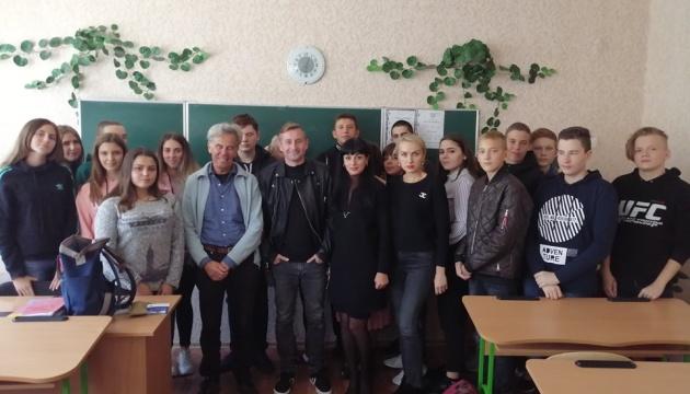 Сергій Жадан і Сашко Дерманський відвідали дітей Донбасу