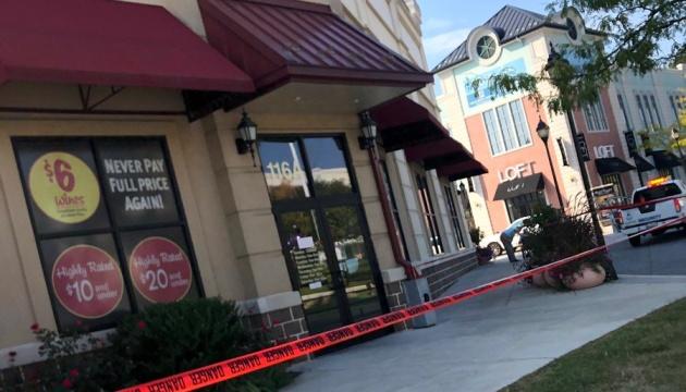 У США копи застрелили чоловіка, який зчинив різанину в торговому центрі