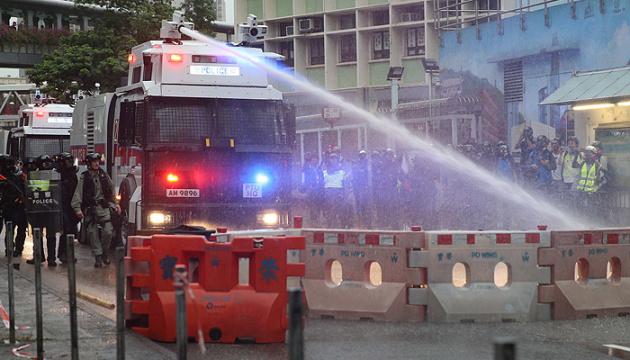 У Гонконзі демонстрантів зупиняли гумовими кулями і водяною гарматою