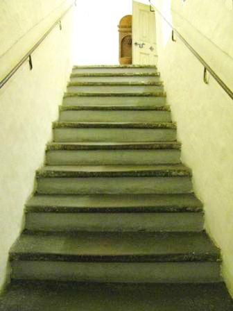 скрипучая лестница на третий этаж