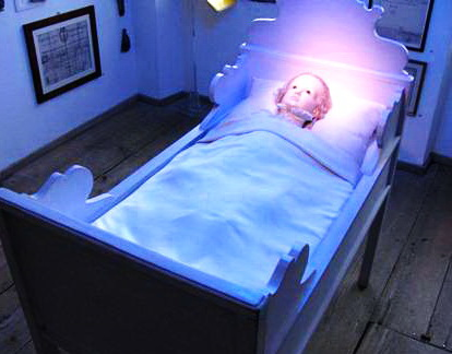 спальня (реставрация); по иронии судьбы в колыбели спит кукольный Вольфгангерль