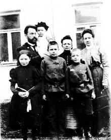 Родина Йогансенів -стоять позаду батько Гервасій Андрійович з донькою Маргаритою, мати Ганна Федорівна, невідома, попереду - Таня, Миша і Федя