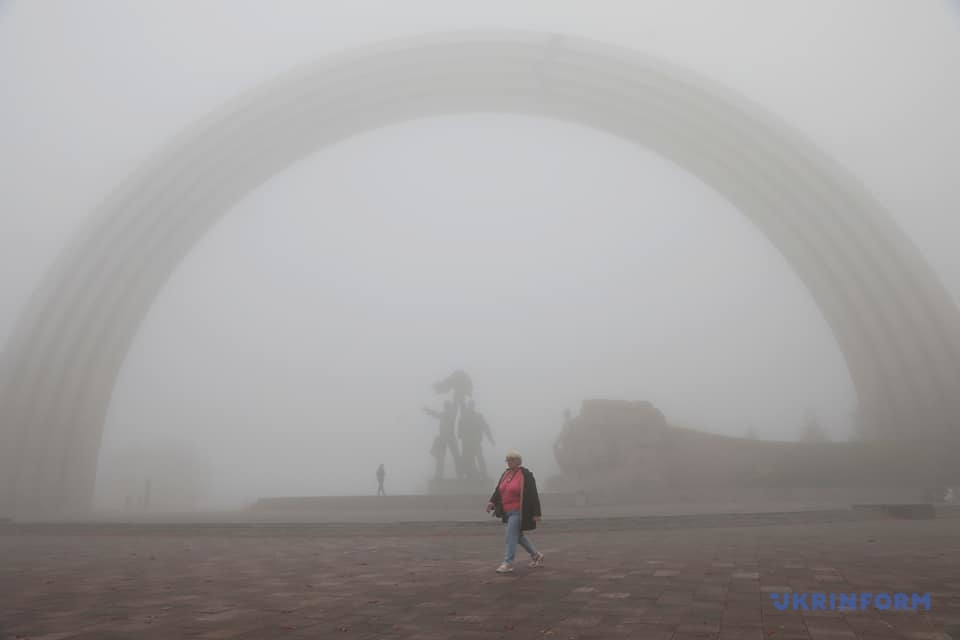 Столица проснулась в тумане / Фото: Геннадий Минченко. Укринформ
